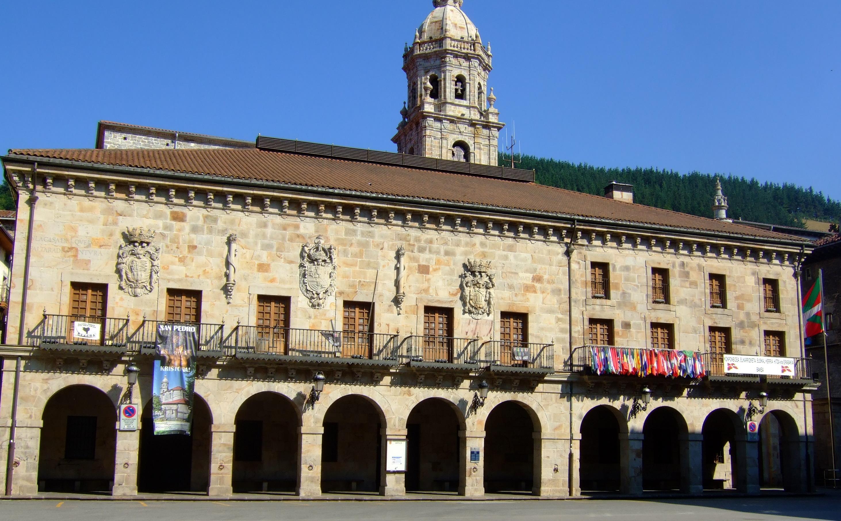Ayuntamiento, con infinidad de banderas para disimular la presencia de la española.