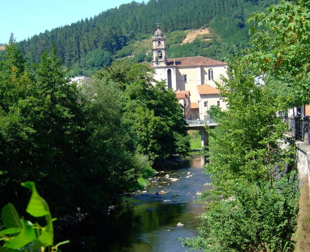 Río Deva y parroquia de Santa Marina al fondo.
