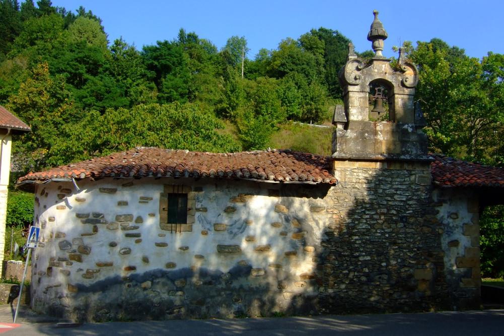 Ermita a la entrada de Ibarra, de origen medieval, reconstruida.