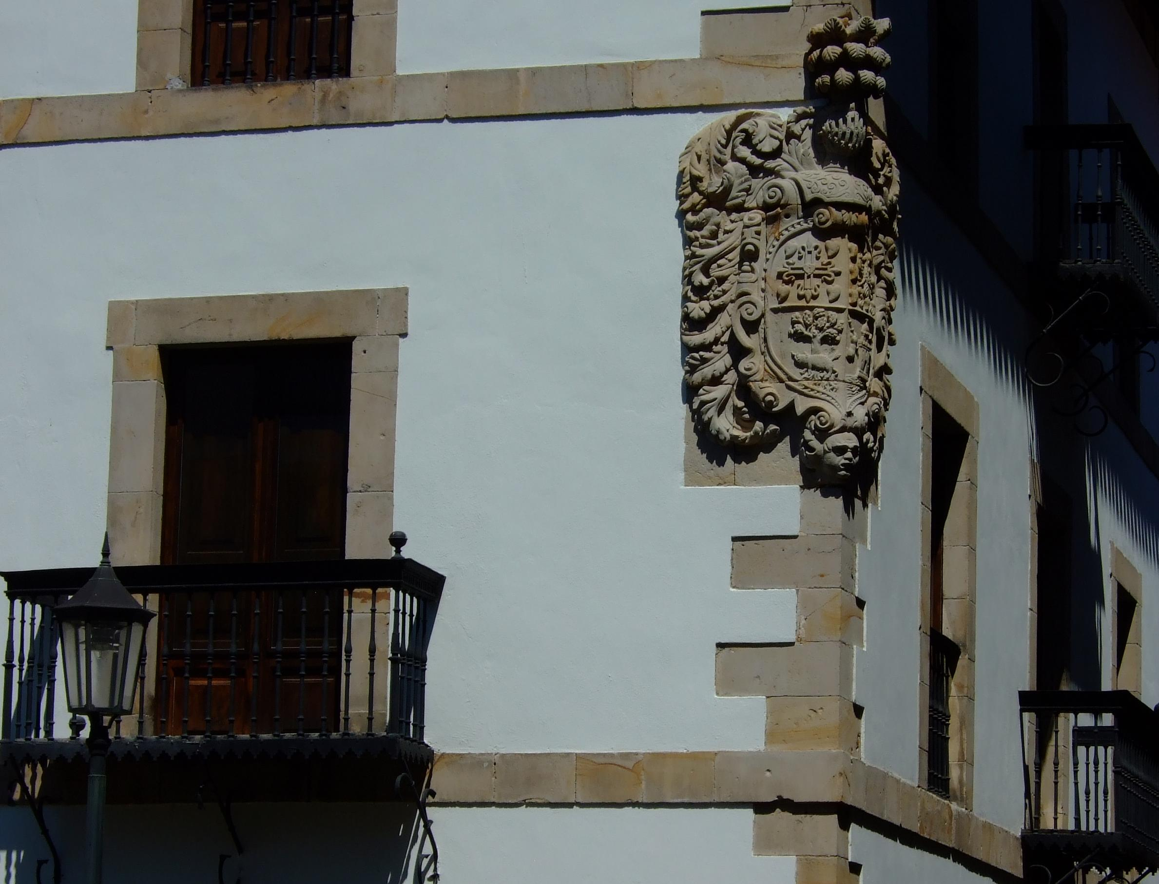 Escudo en esquina del palacio Irizar.