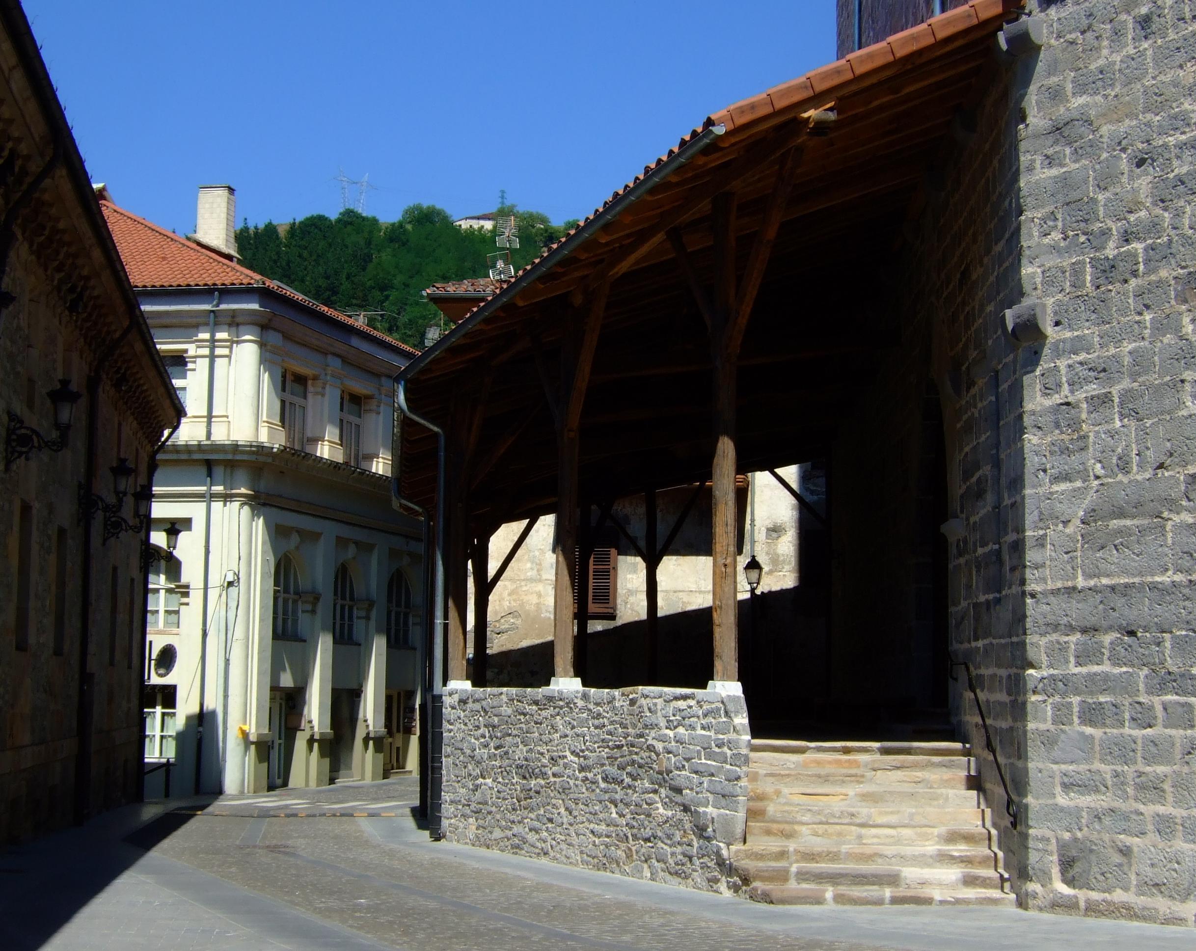 Pórtico oeste de la parroquia de San Pedro.
