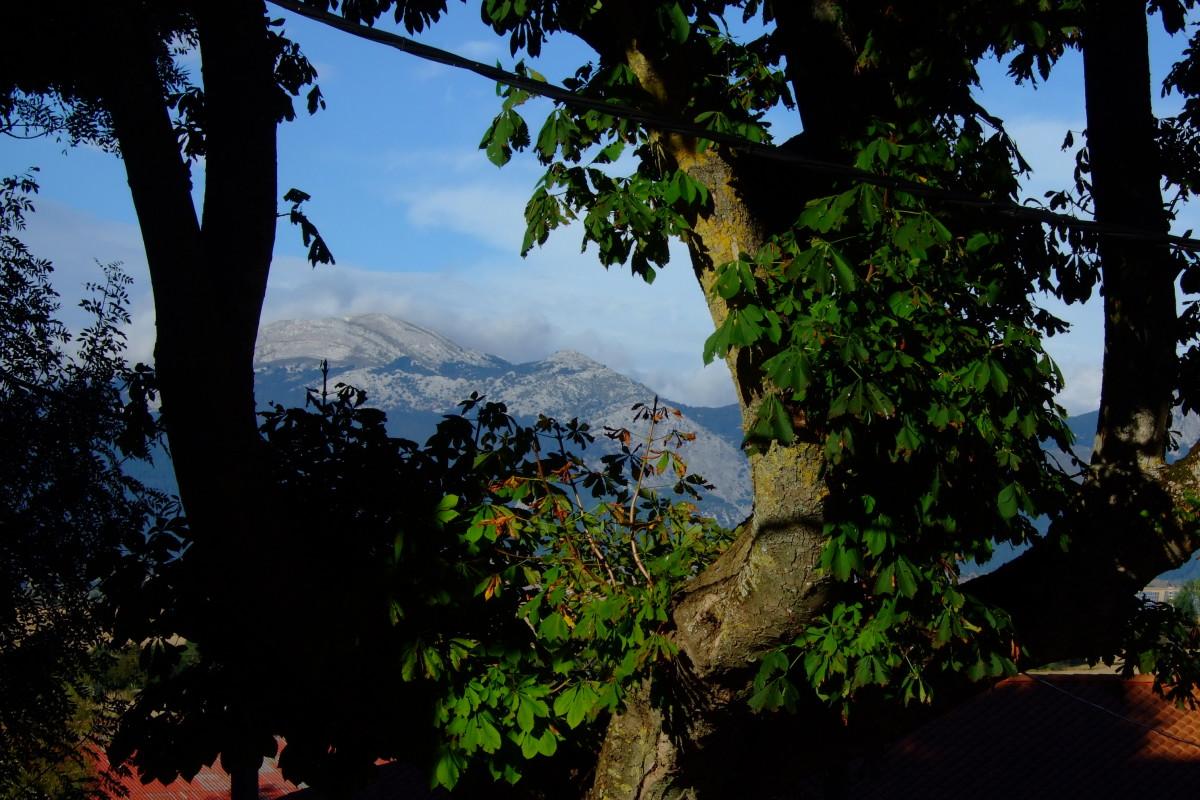 Vista desde Salvatierra hacia las sierra del Aratz.