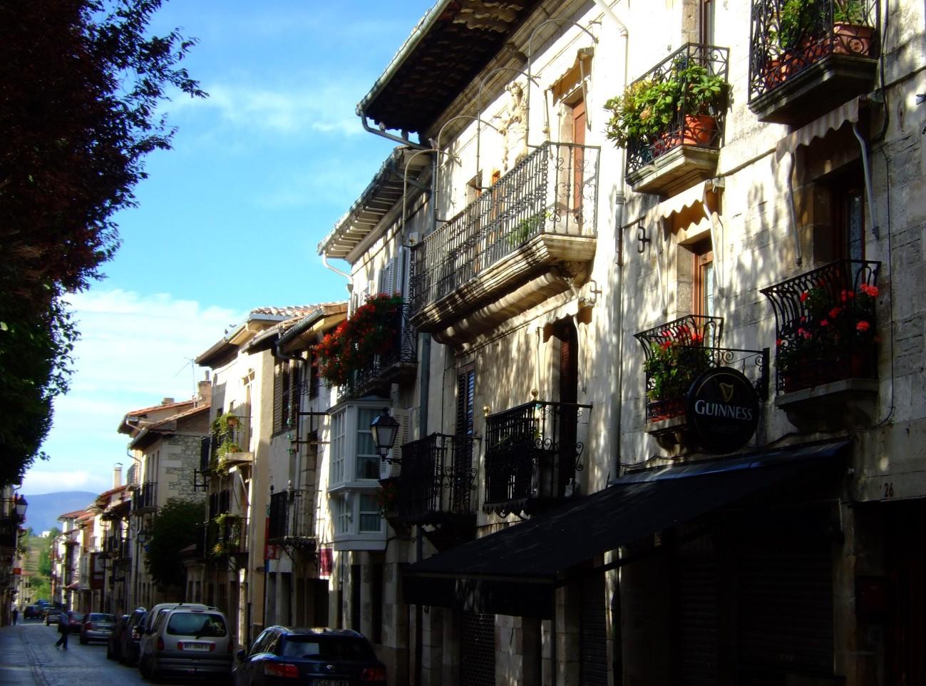 La calle Mayor, que comunica intramuros las puertas Norte y Sur.