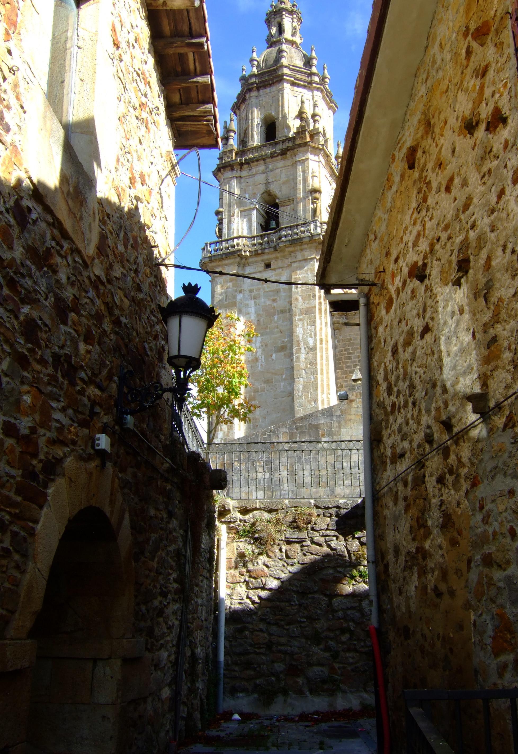 El campanario de Santa Marina visto desde un callejón