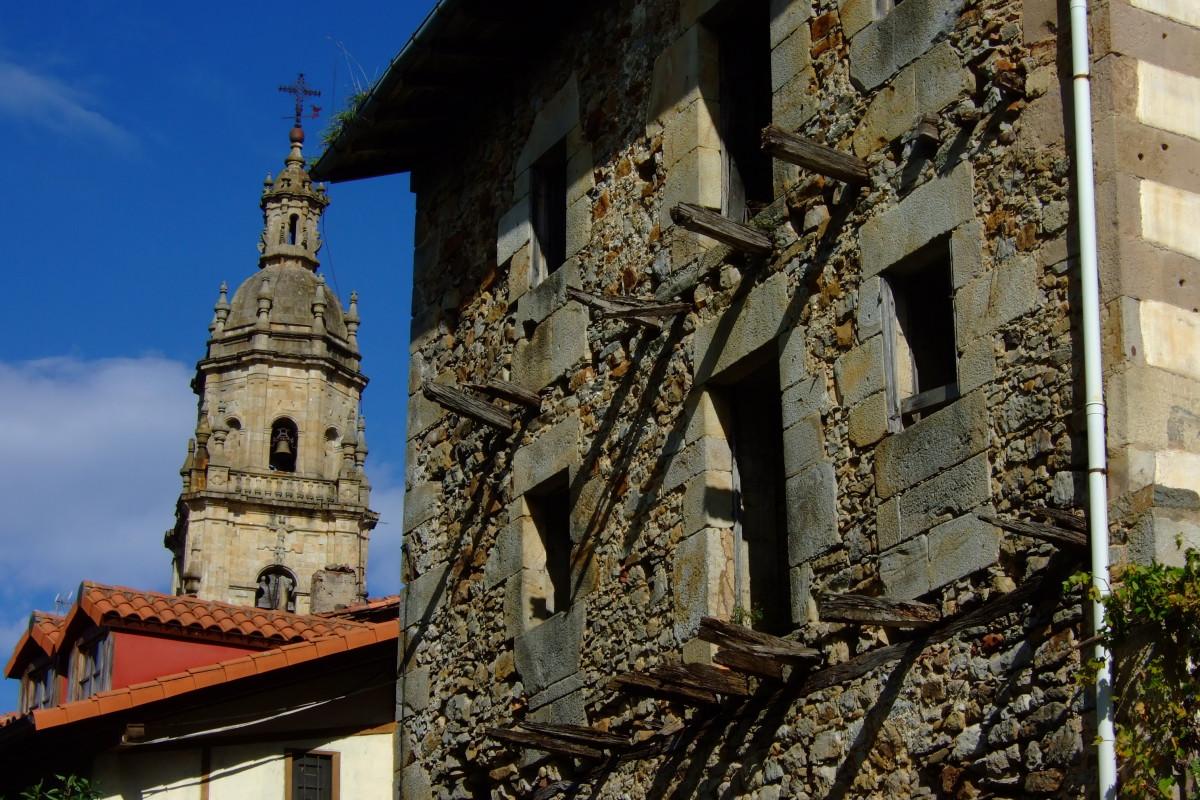 Casa torre en ruinas. Al fondo, el campanario de la parroquia.
