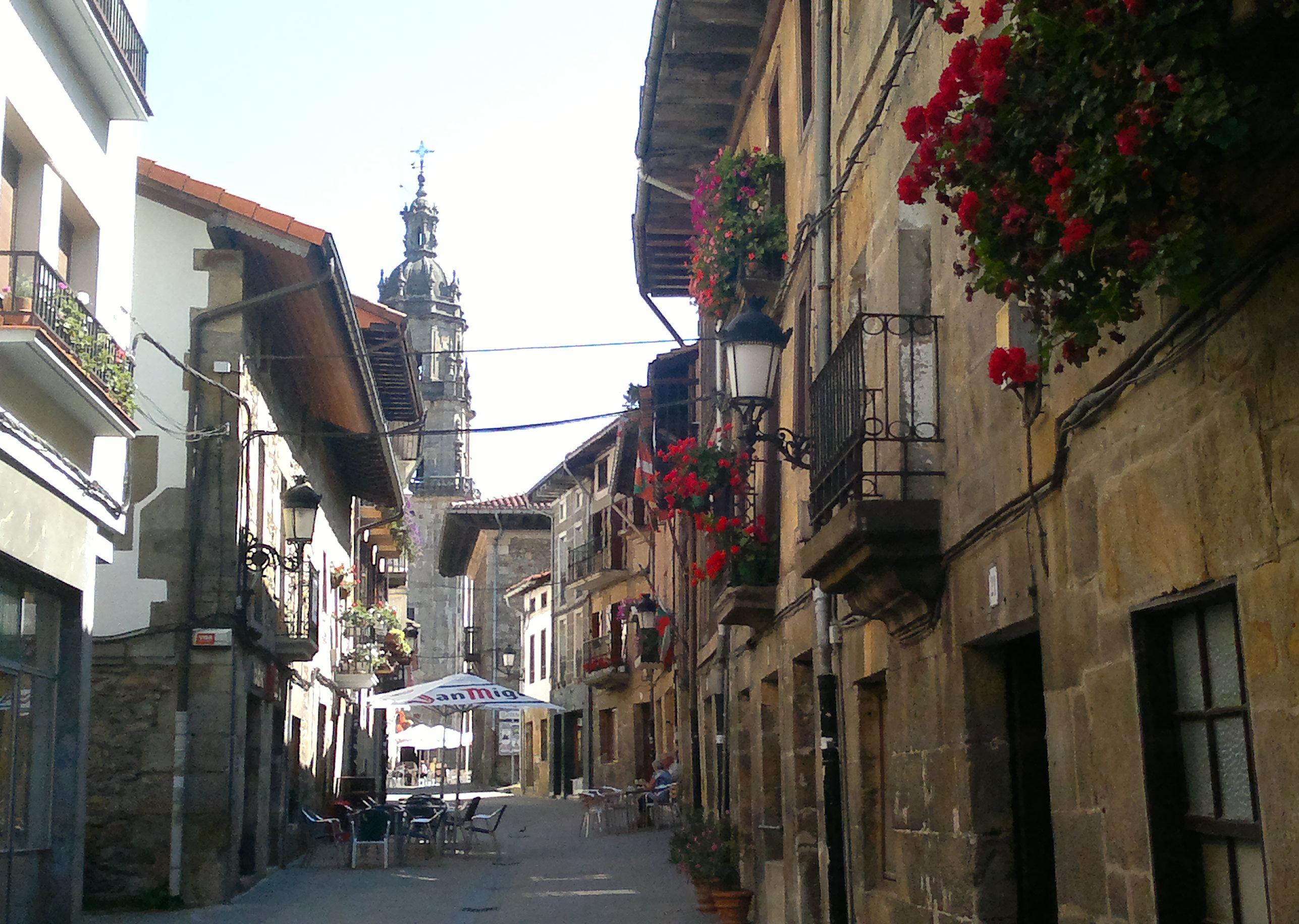 Calle principal, con sus bares y tabernas