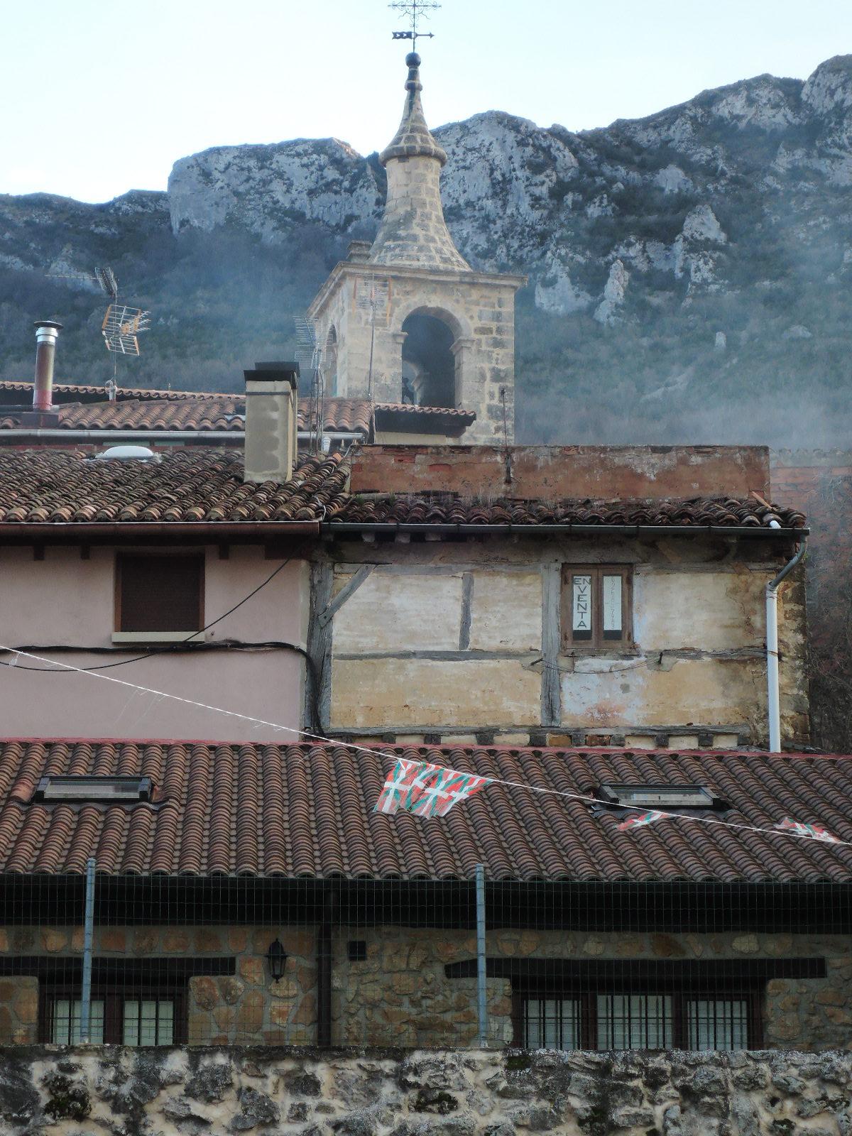 Tejados de Bernedo bajo la sierra de Cantabria.