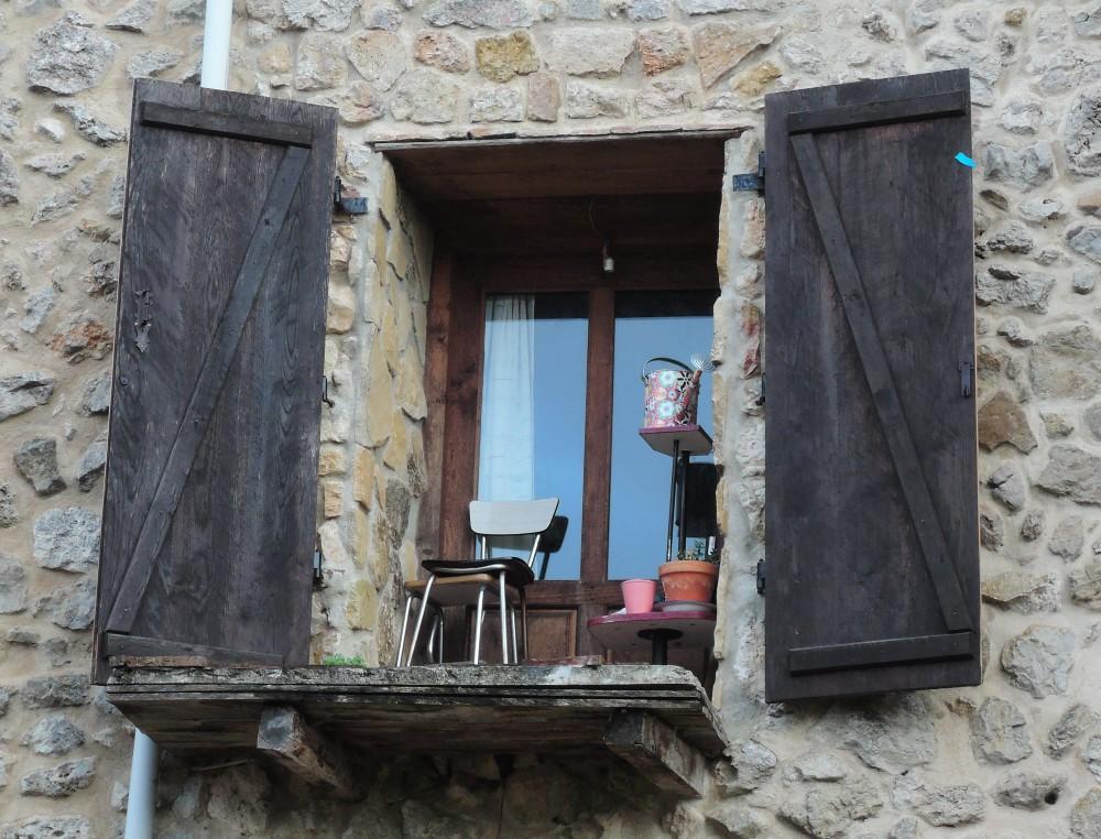 Curioso balcón sin barandal.