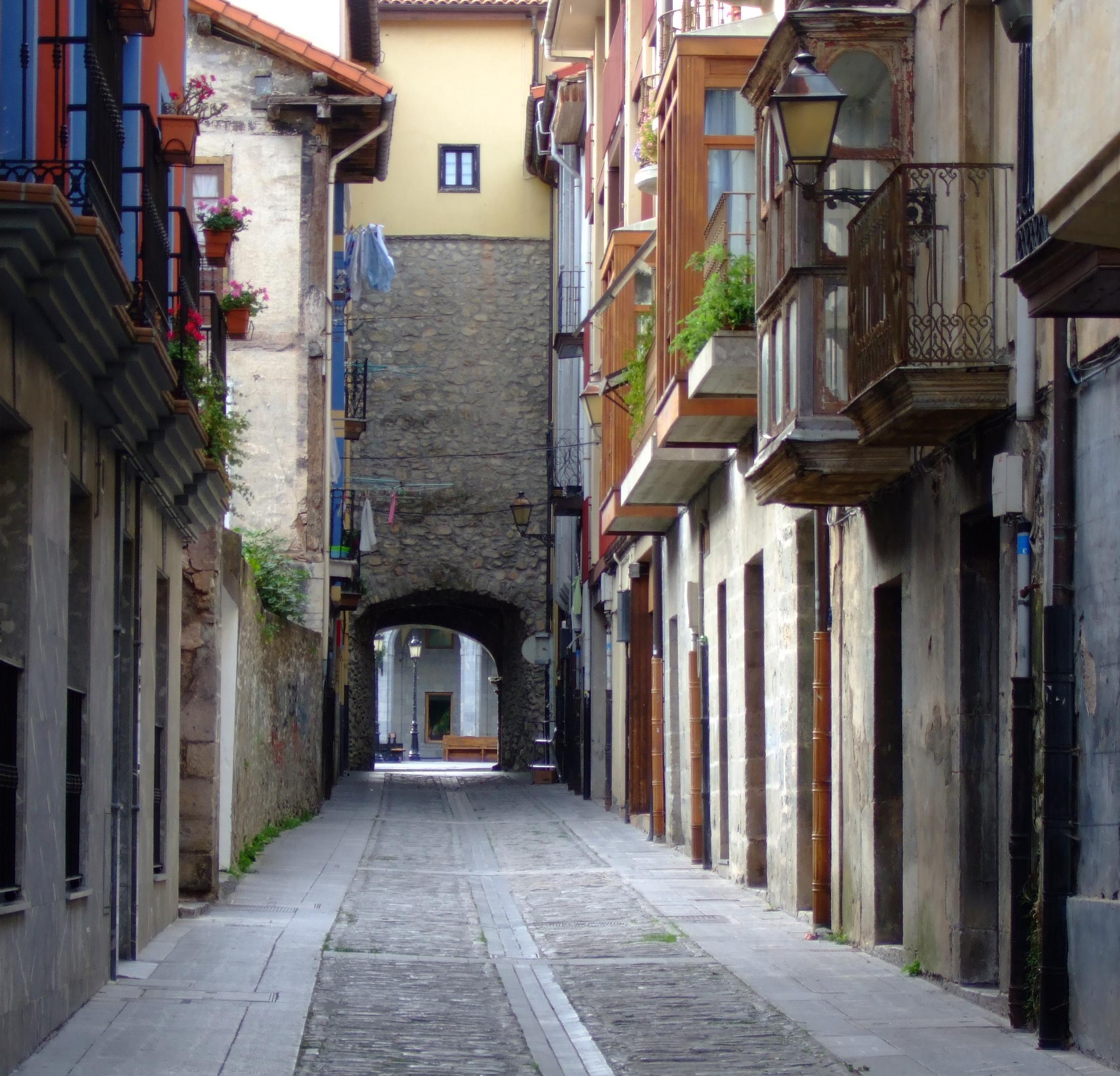 Una de las calles más antiguas de Orduña, que desemboca en la primera muralla.