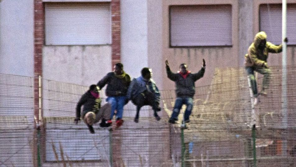 Affricans assulting Spanish border's fence