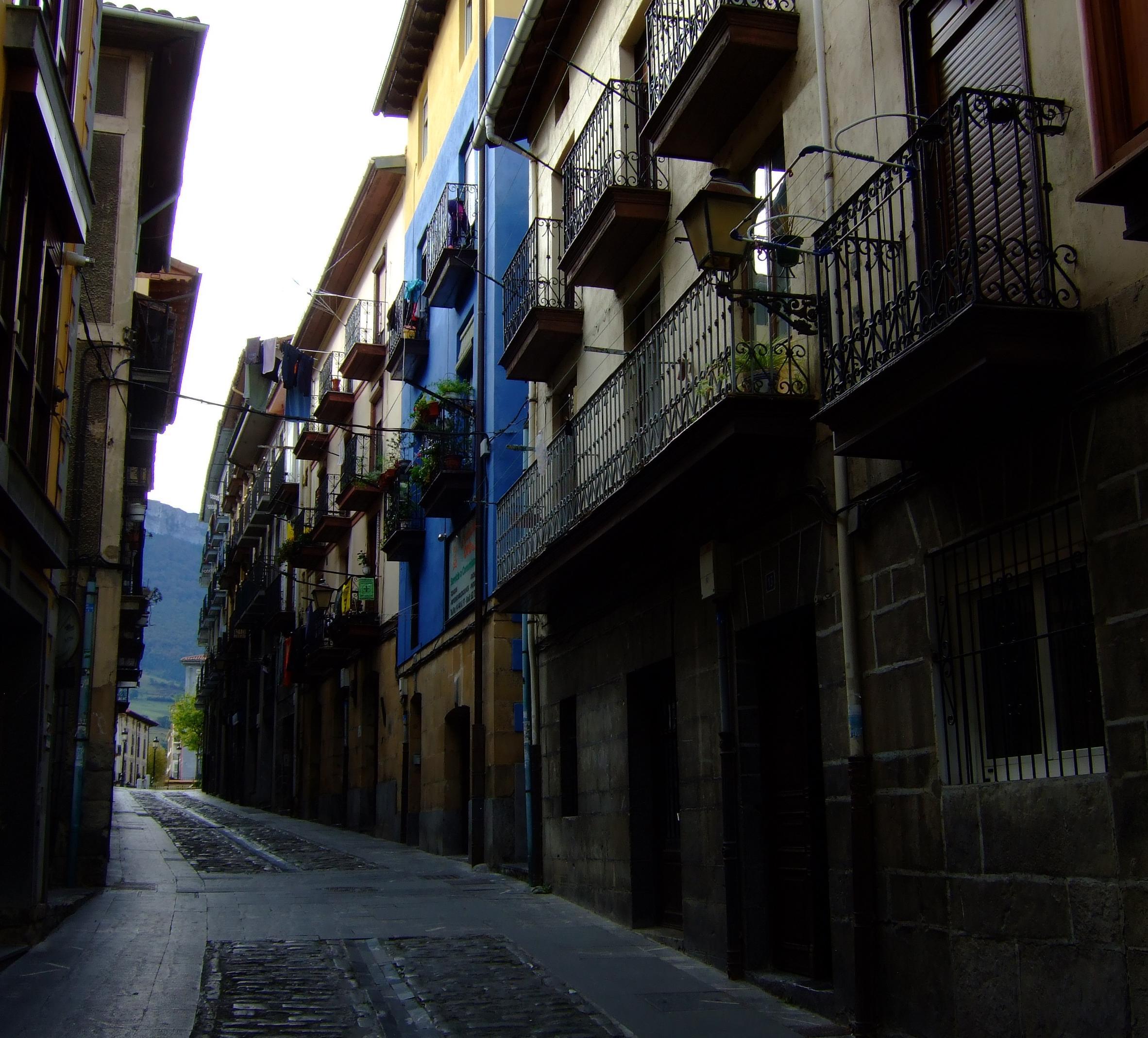 Una de las calles más antiguas de Orduña, que desemboca en la plaza.