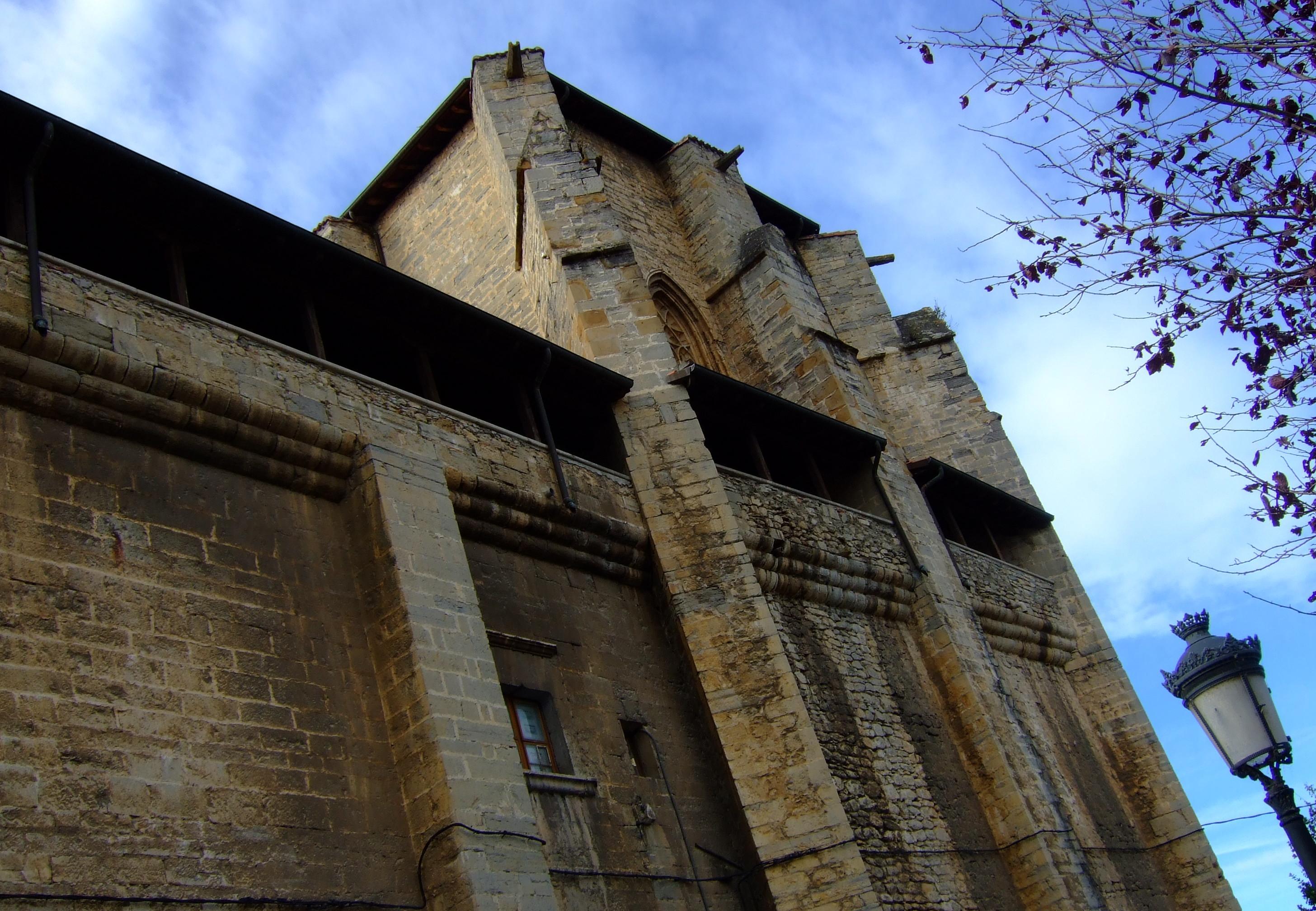 Impresionante lateral de la iglesia-fortaleza de Sta. María.