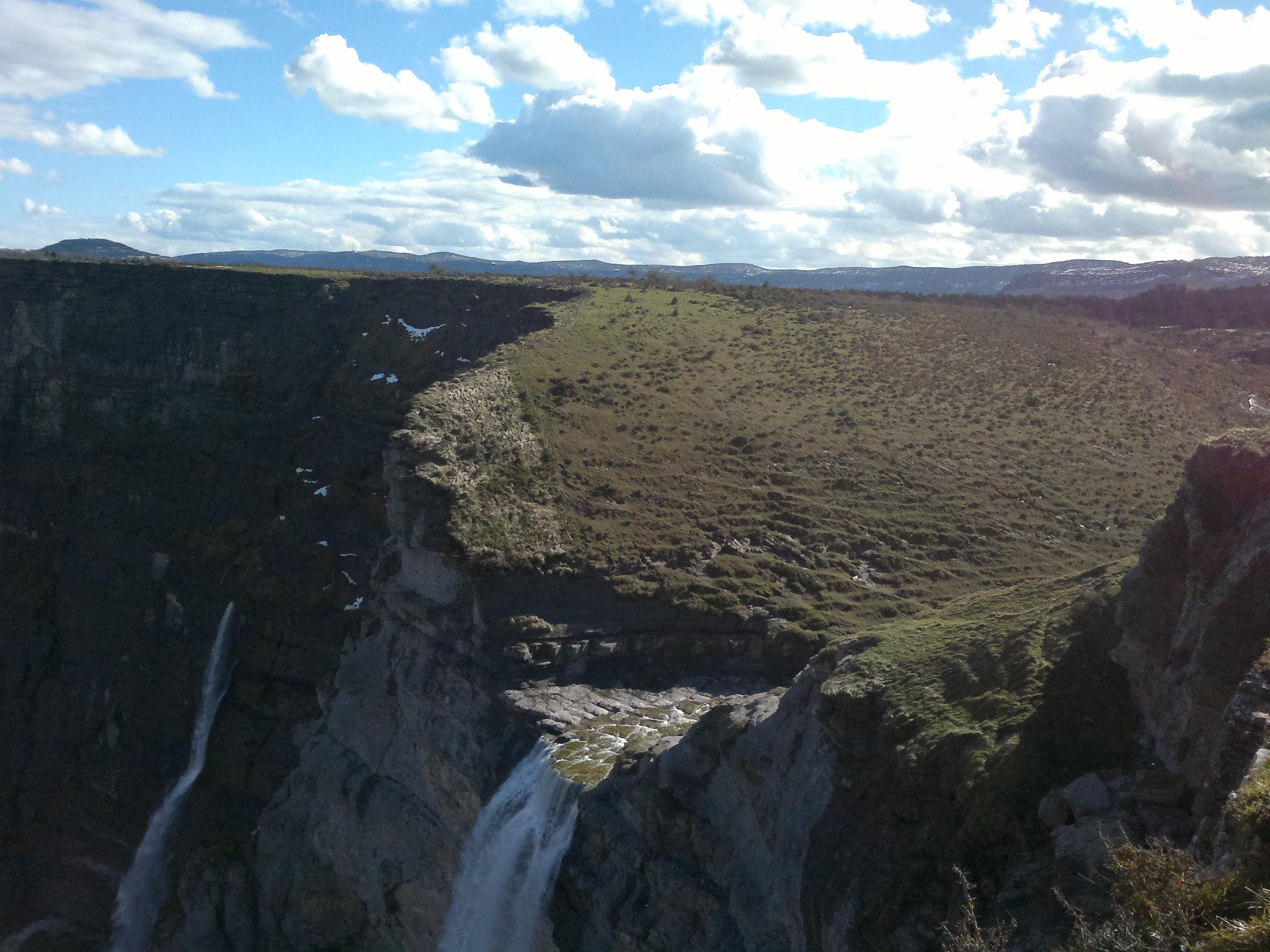 Caída de agua al vacío, uno de los más bonitos espectáculos del parque natural que abarca Sierra Salvada. Burgos vierte sus aguas sobre Vizcaya, fecundándola.