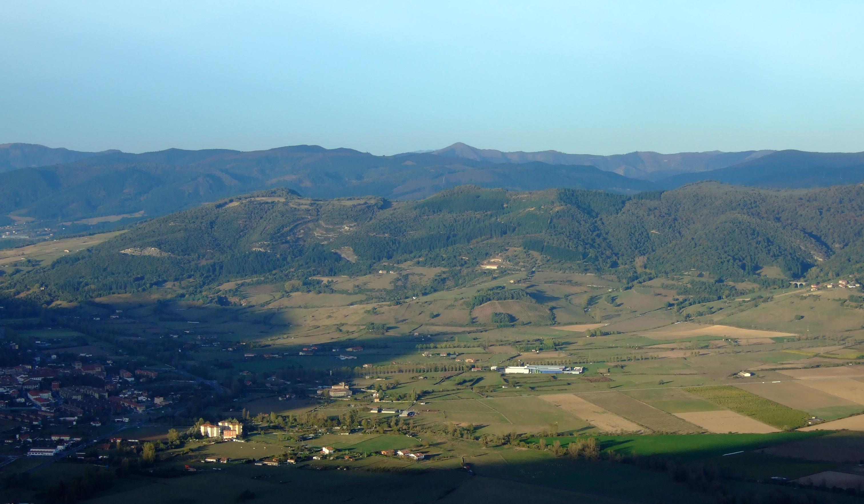 Según avanza la tarde, queda el valle medio en sombra bajo las crestas de Sierra Salvad.