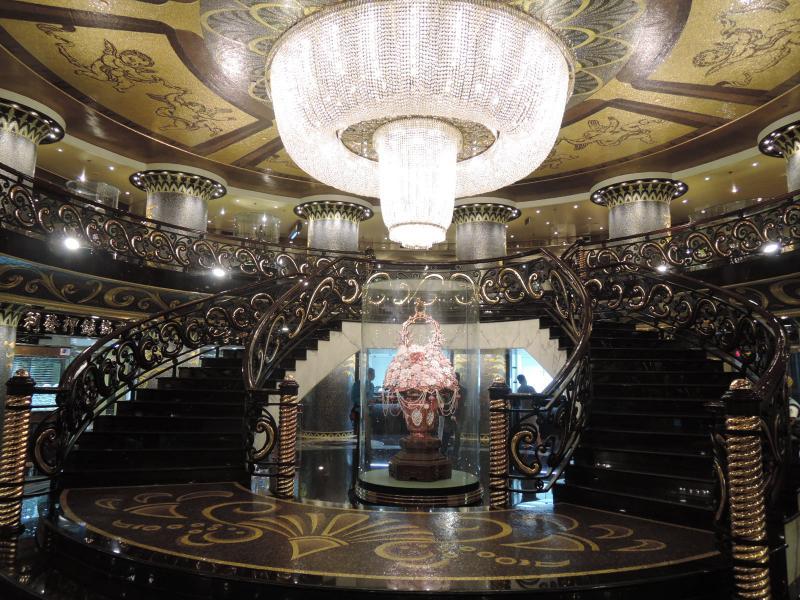 El barroco y ostentoso vestíbulo del hotel Lisboa no se queda atrás.