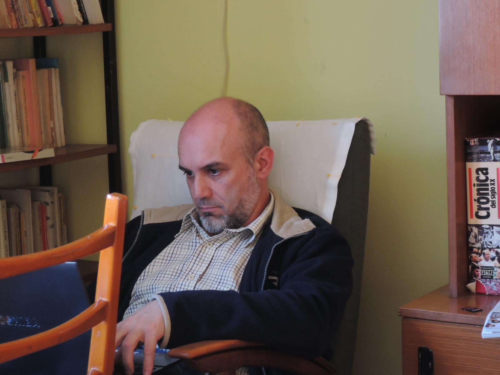 Pablo el eremita, inmerso en la lectura, absorto entre libros y laptops, rumiando su destino, antes de convertirse en Pablo el errante.