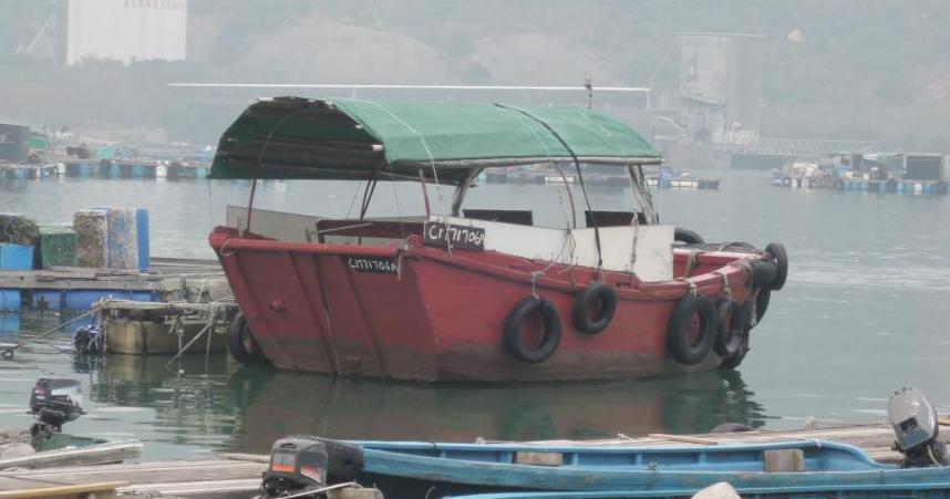 El tradicional barquito que hace de taxi local entre el dédalo de embarcaciones
