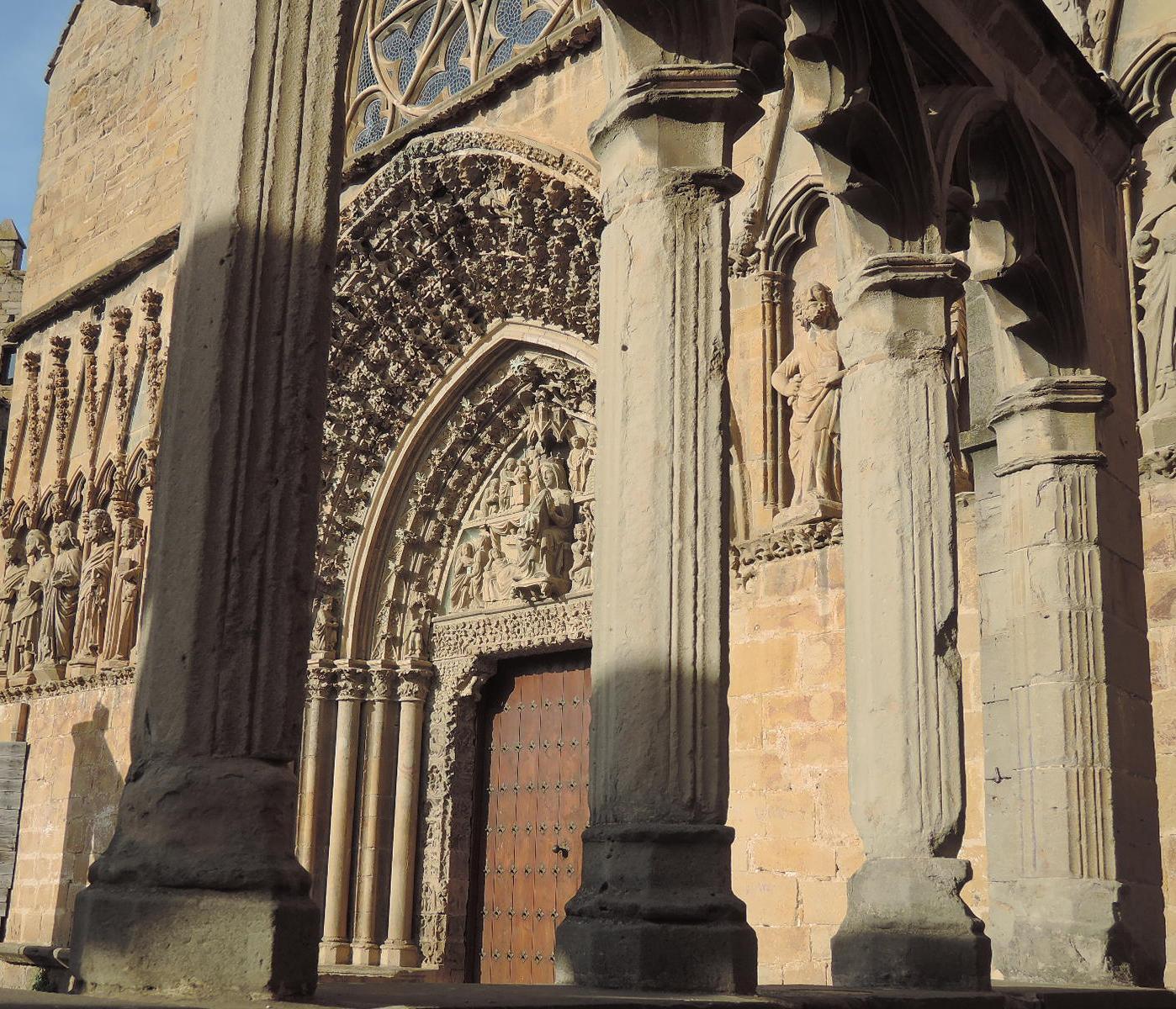 Frente de la iglesia BlaBla a través de las columnas del atrio.