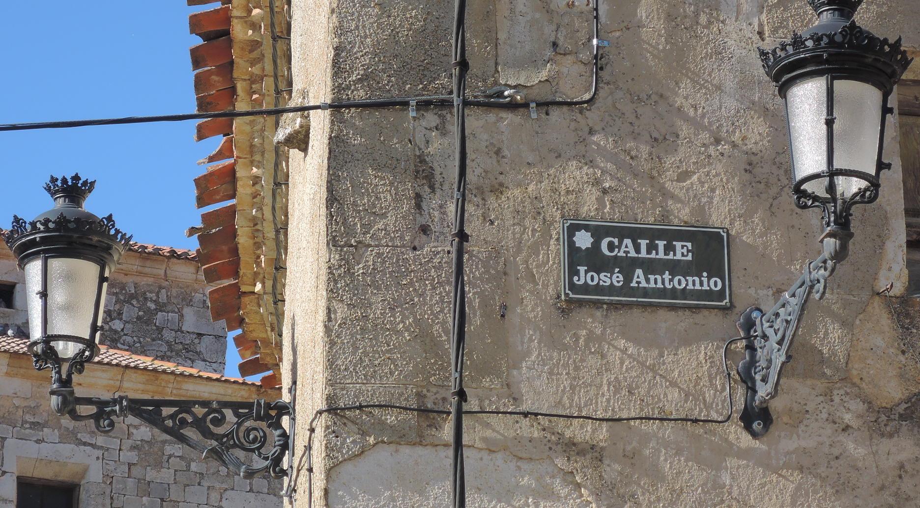 Calle José Antonio, en Sta. María del Mercadillo.