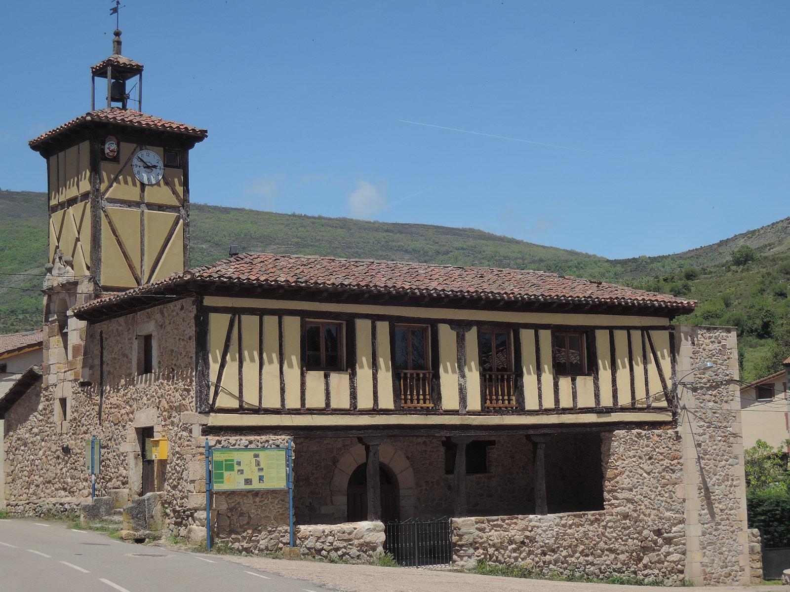 Casa consistorial de Canales.