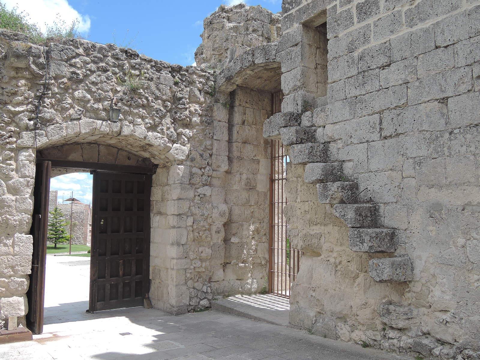 Castillo de Cuéllar. Puerta, y peldaños en voladizo que subían a las almenas.