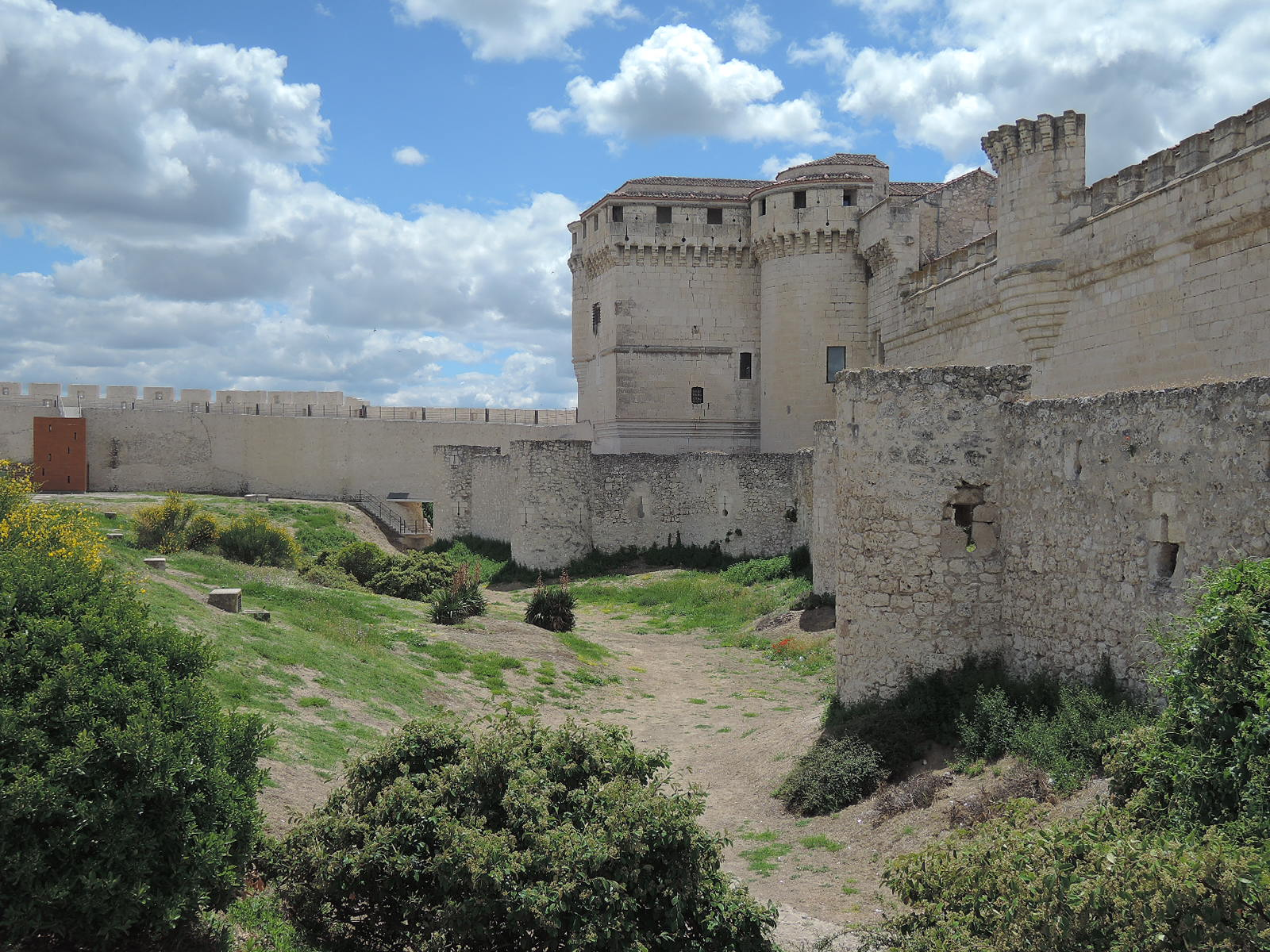 Castillo y murallas de Cuéllar, bajo el inclemente sol.