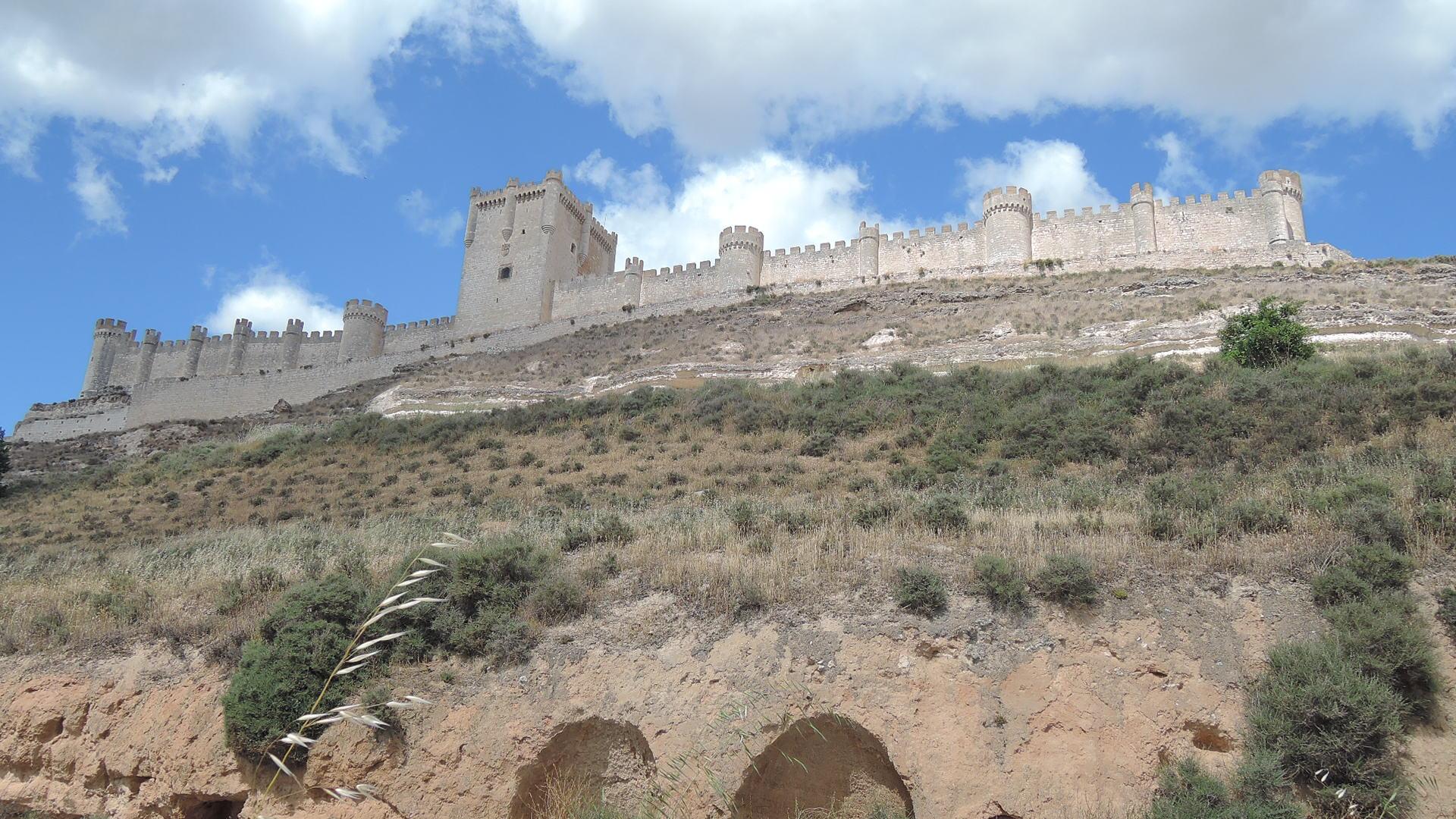 Vista del castillo desde el pie de la loma.