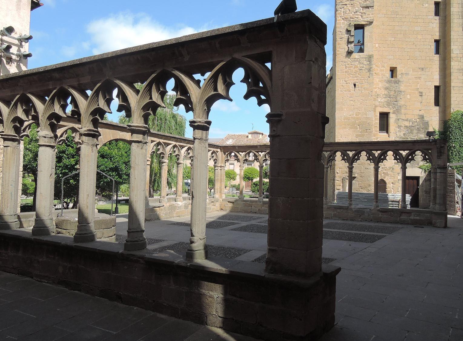 Este atrio exterior embellece y le da enorme gracia a la plaza de los Teobaldos.