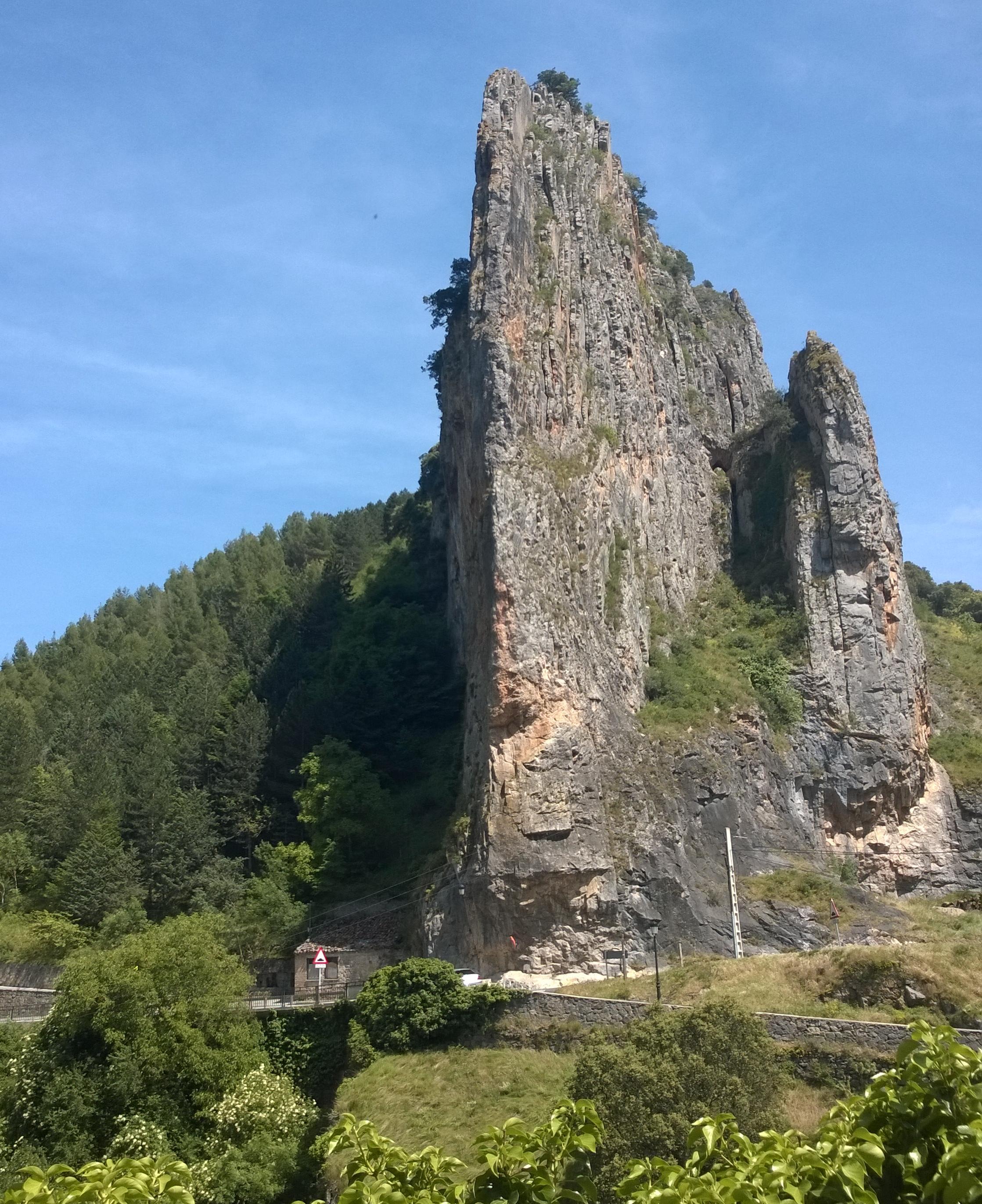 Cortado en la roca. Uno de los flancos de la entrada natural a la Demanda.