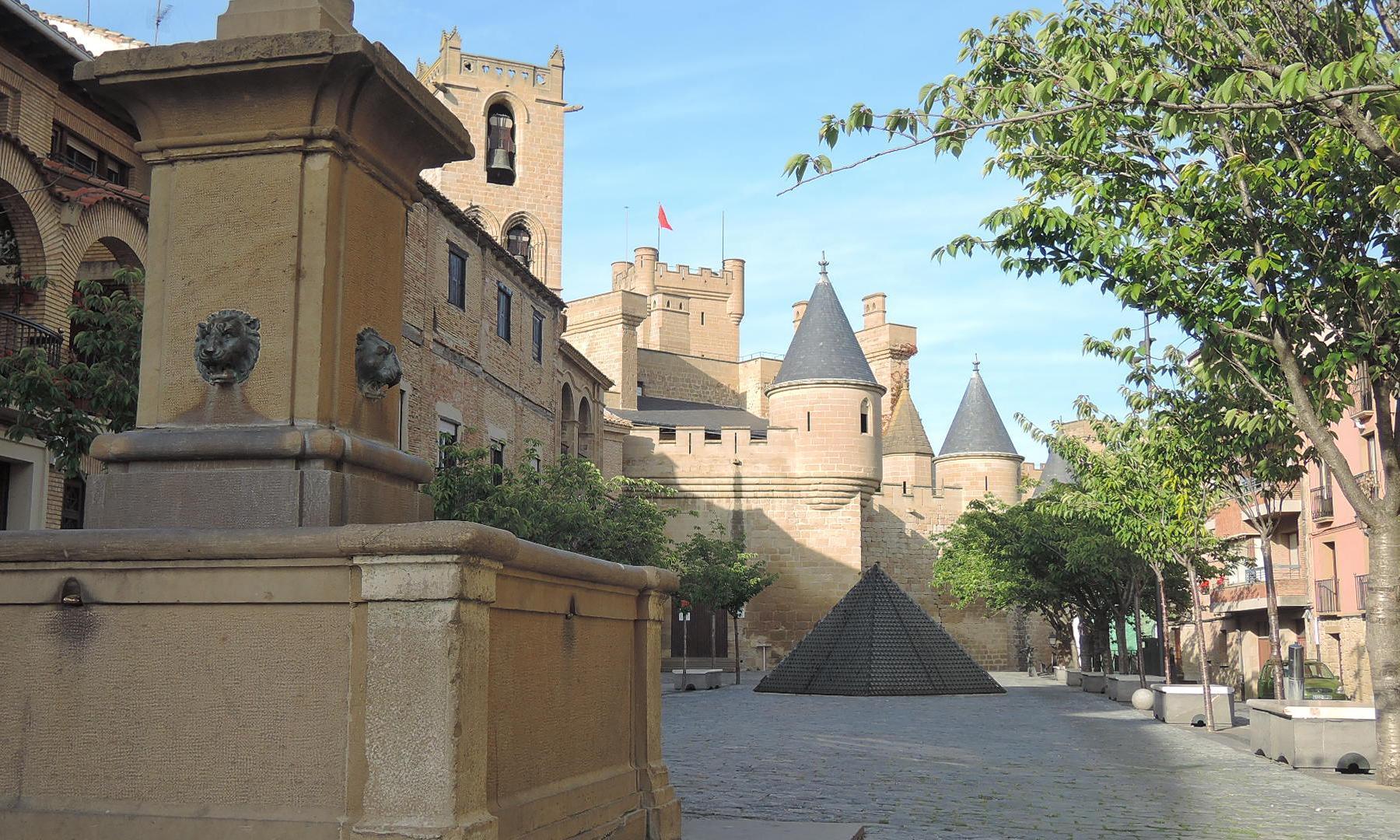 Plaza de San Martín, el centro social del pueblo, y castillo al fondo.