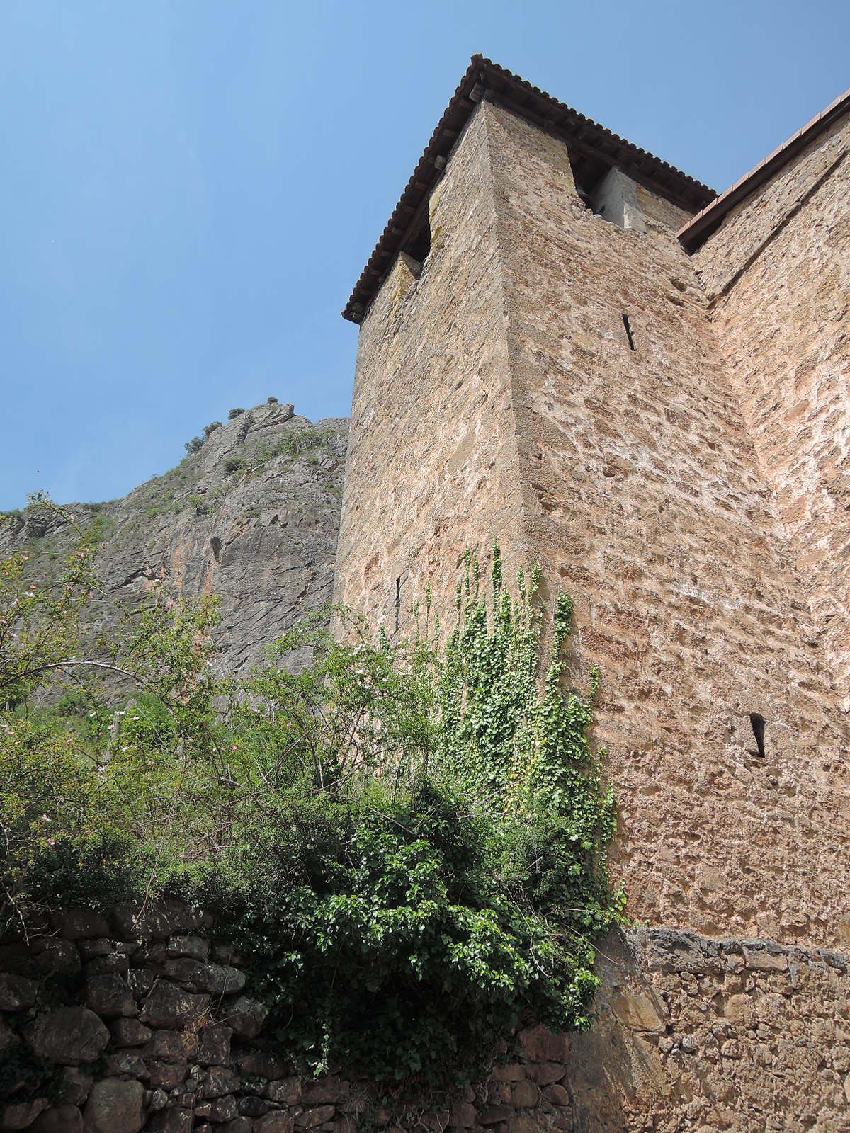 Torre de la Iglesia de San Pedro de Cuevas, vista desde la base.