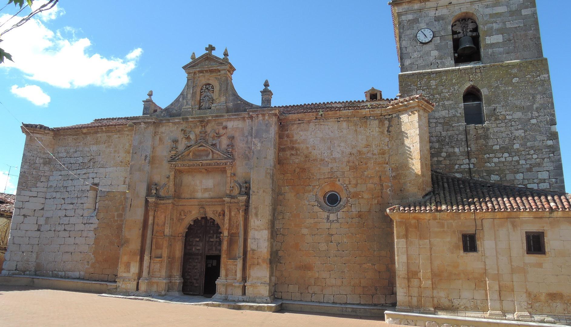Iglesia de Pinilla Trasmonte, bajo un sol que empieza a declinar.