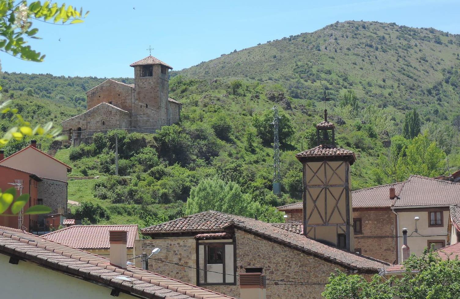 Canales, con su peculiar ermita de San Cristóbal.