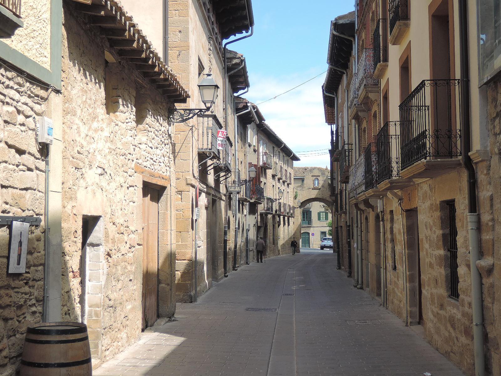 La entrañable rúa Portillo, con su virgencita sobre el arco de la puerta.