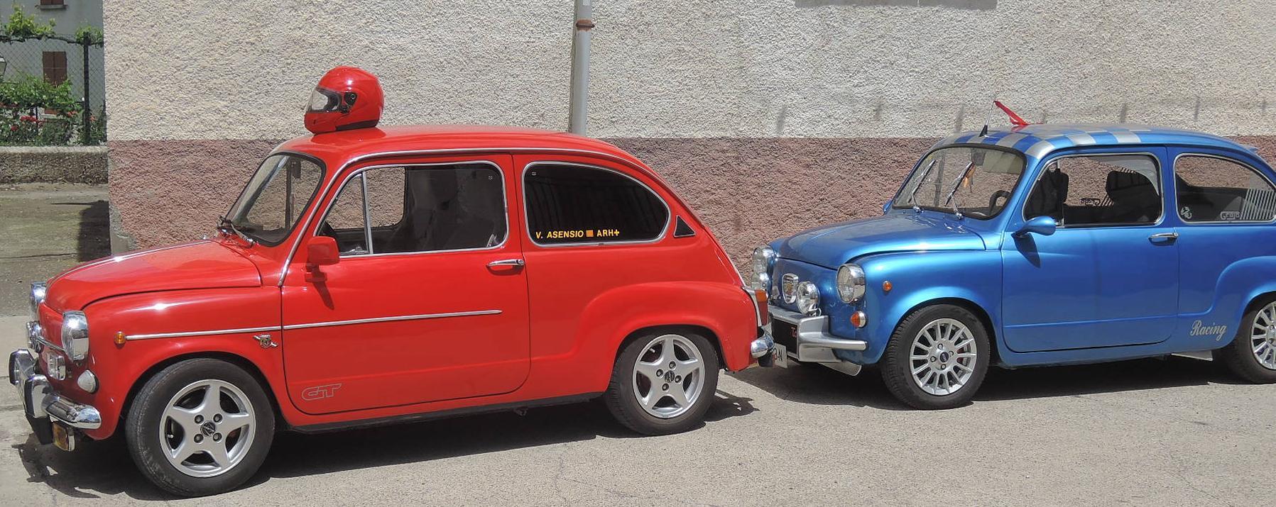 Dos bonitas unidades del clásico Seat 600, el automóvil de los 60.
