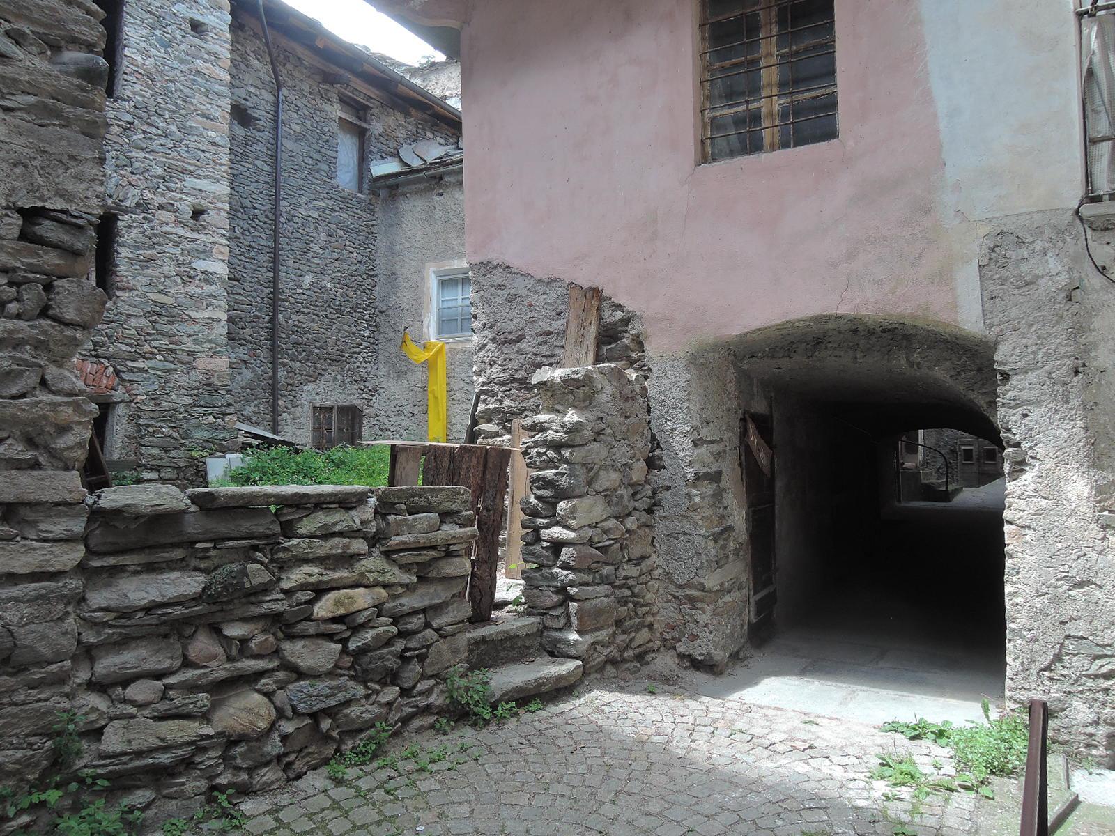 ...y desde el callejón a otras casas y patios.