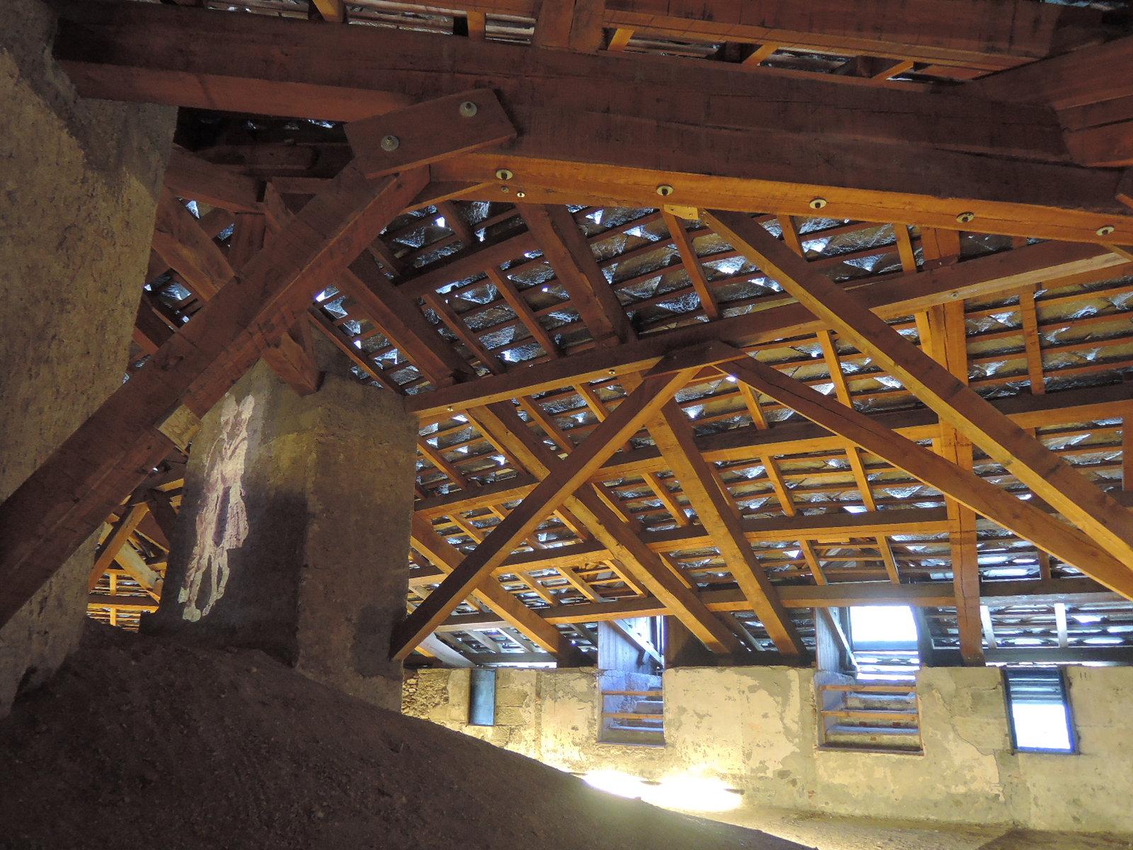 Estructura bajo el techado de la fortaleza.