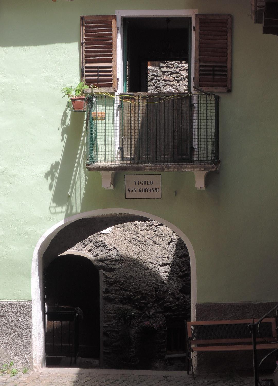 Curiosa habitación, sobre un arco, con balcones opuestos que dan a sendos patios-callejón.