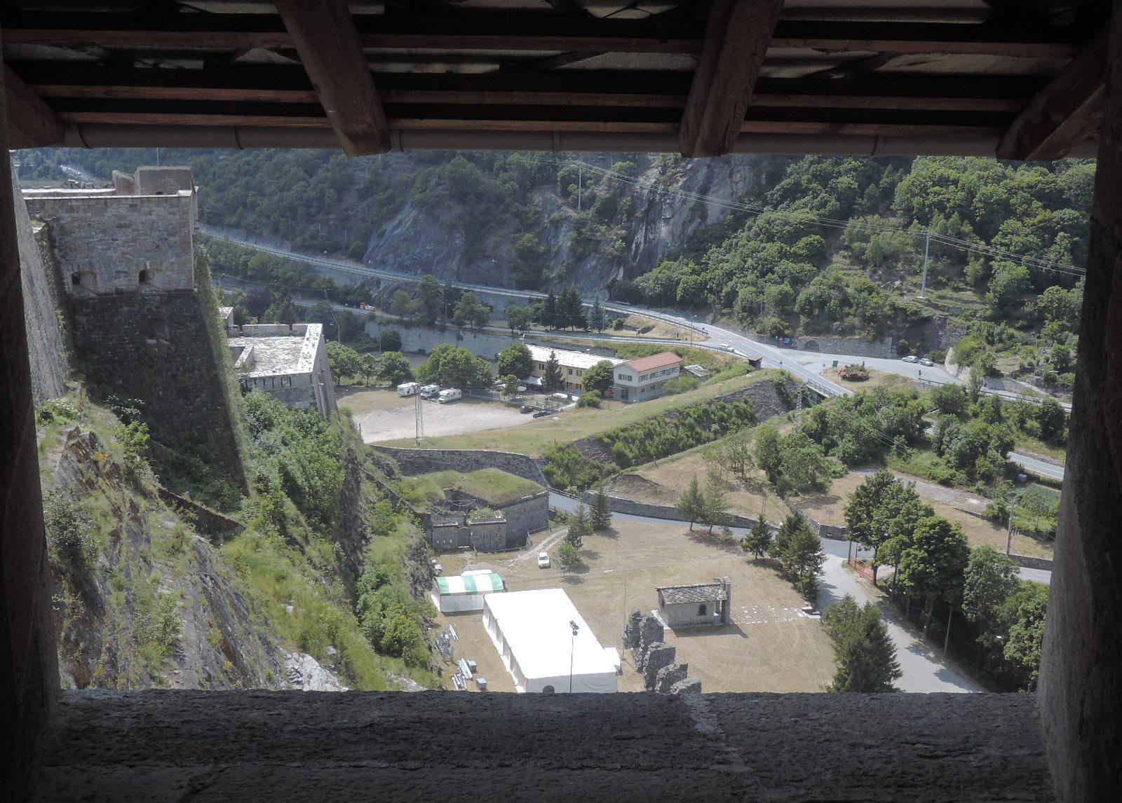 Vista de la explanada desde bajo el techado.