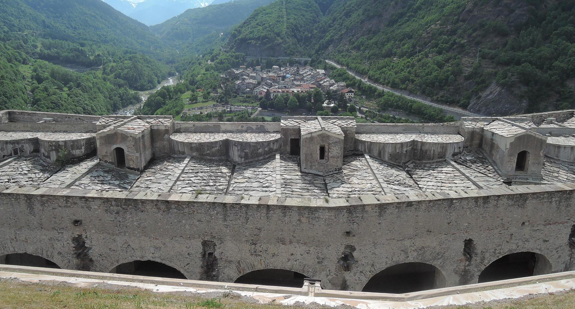 Exilles, visto desde una línea de bastiones de la fortaleza.
