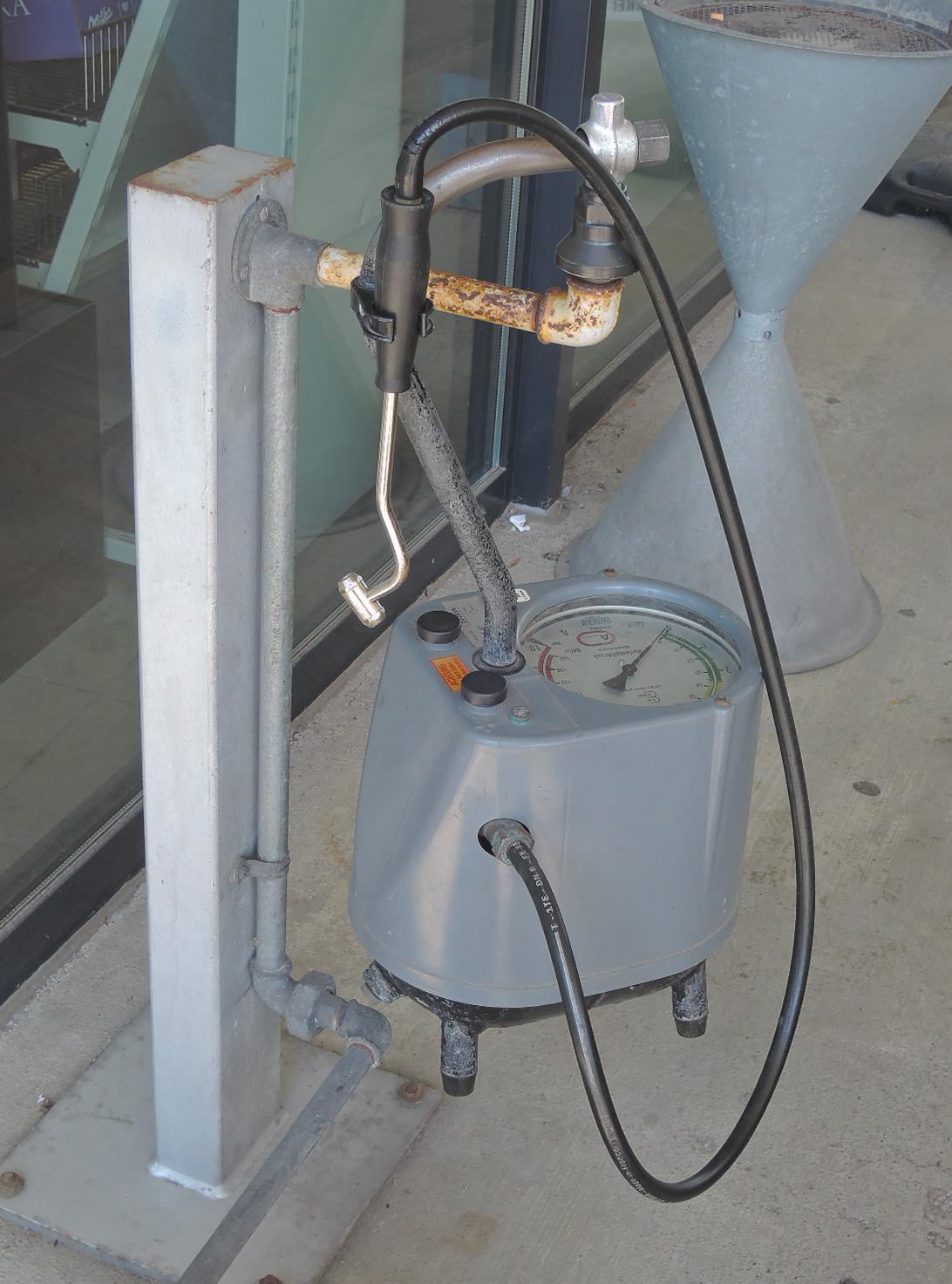 Ingenioso sistema para el aire comprimido, a encontrar en todas las gasolineras alemanas.