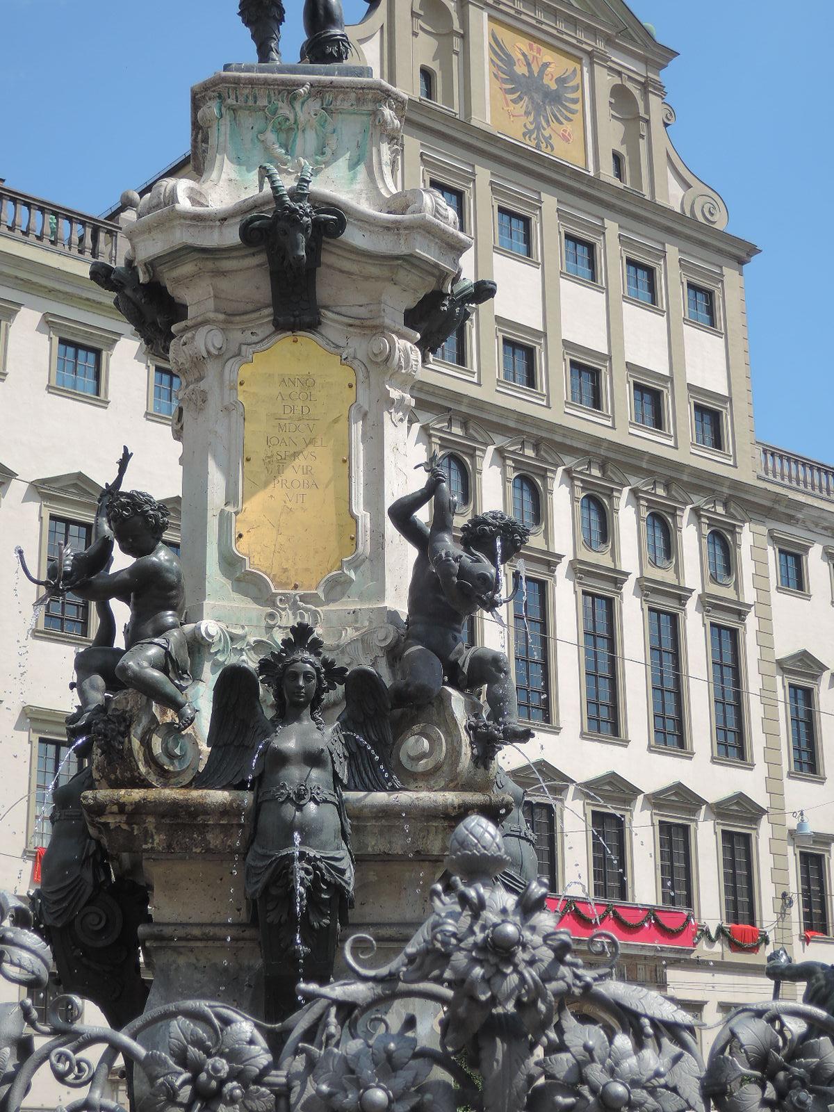 Estatua y fuente del emperador Augusto, junto al Ayuntamiento de la ciudad.