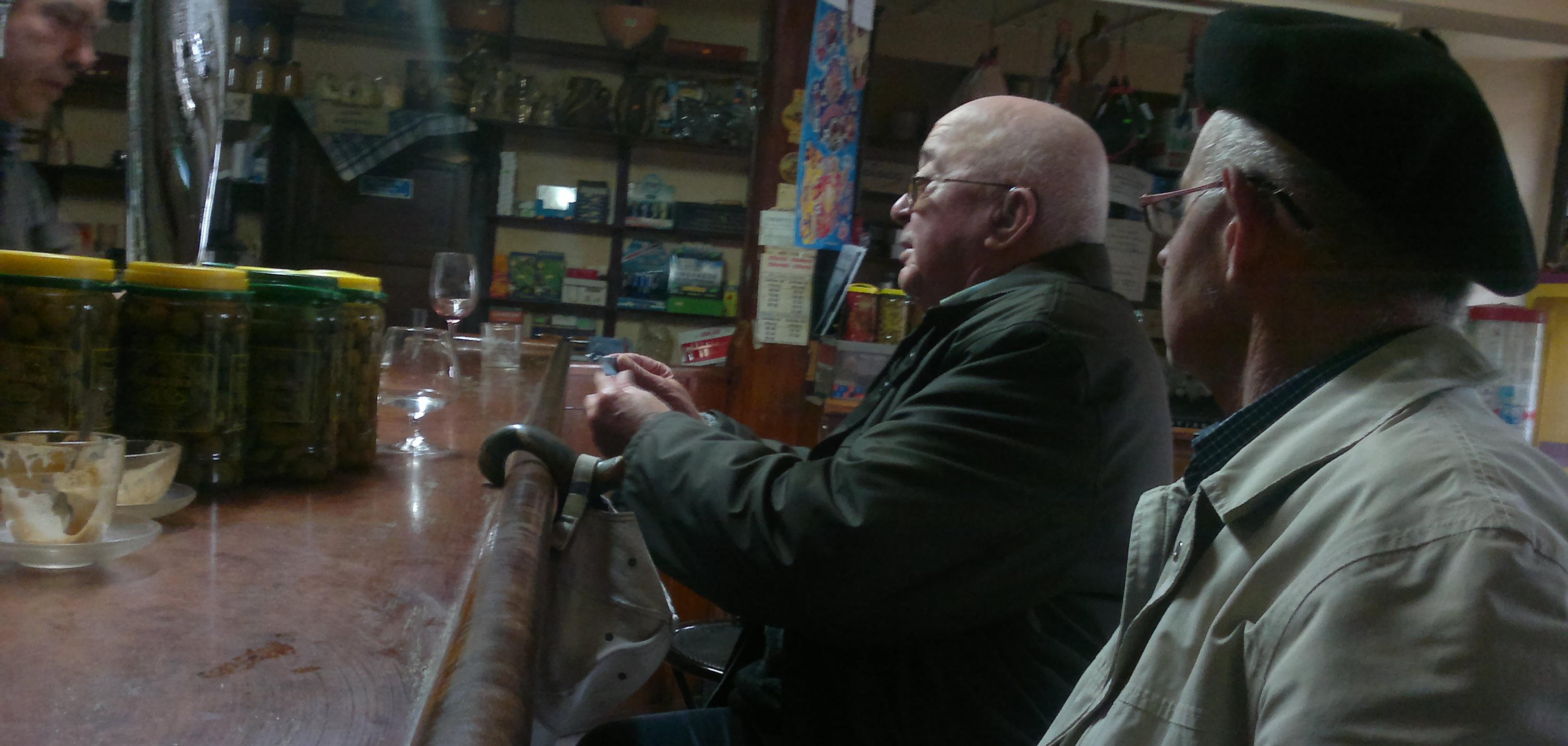 Tomando un vino en el bar de Espejo.