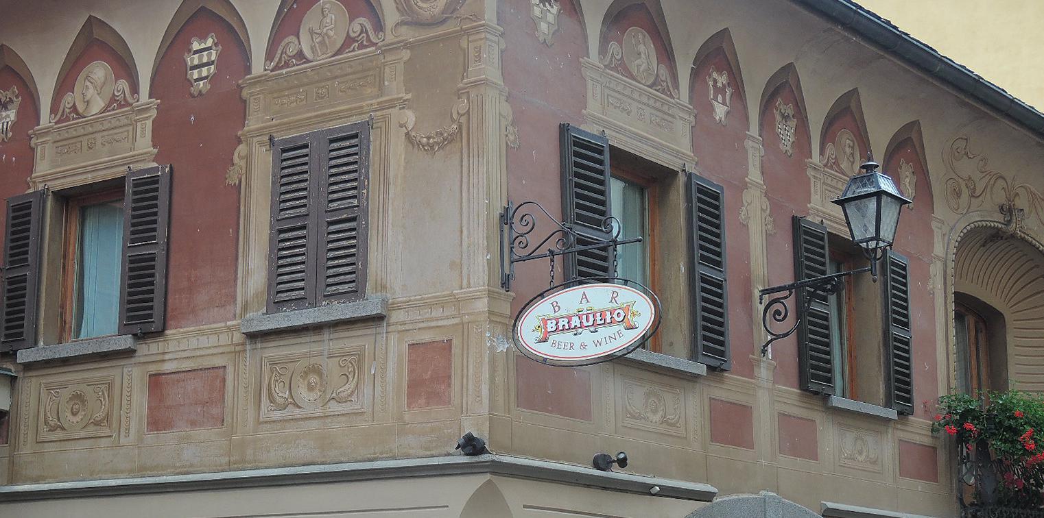 Artísticos frescos en cualquier fachada. Algo muy corriente aquí.