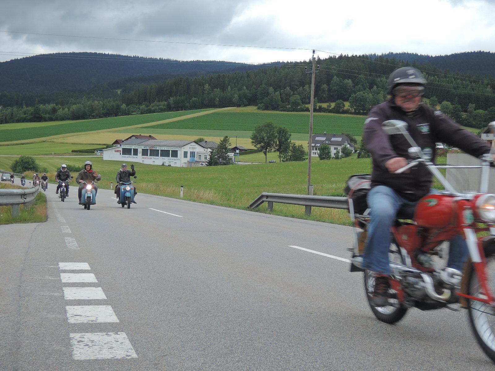 Grupillo de ciclomoteros a la altura de Ulrichsberg, Austria.