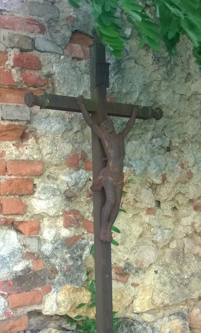 Humilde cruz de hierro en el cementerio, junto a la Iglesia.