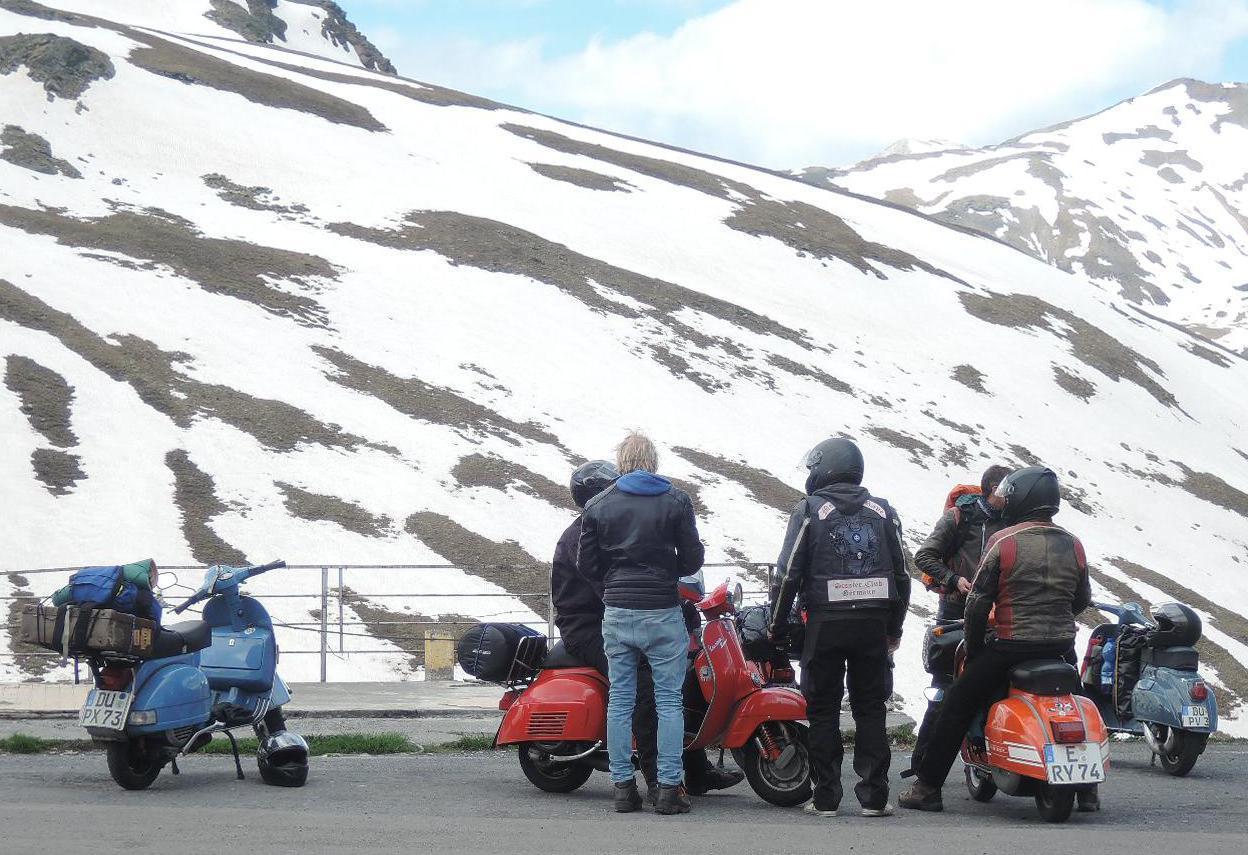 Cinco moteros alemanes haciendo turismo en Vespa.