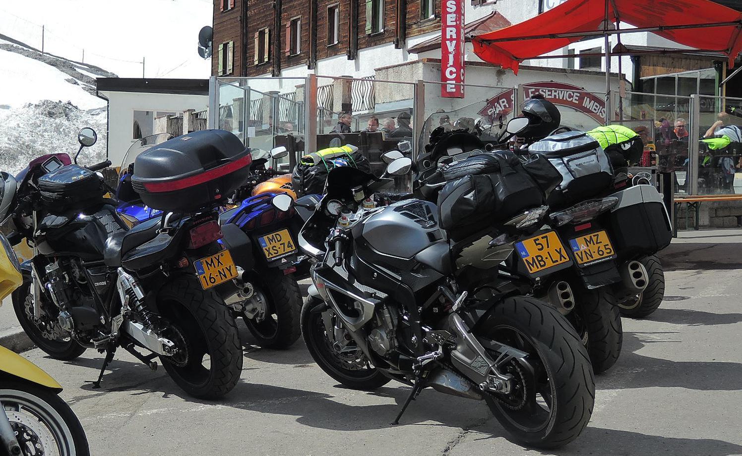 El puerto del Stelvio, una permanente exposición de motos.