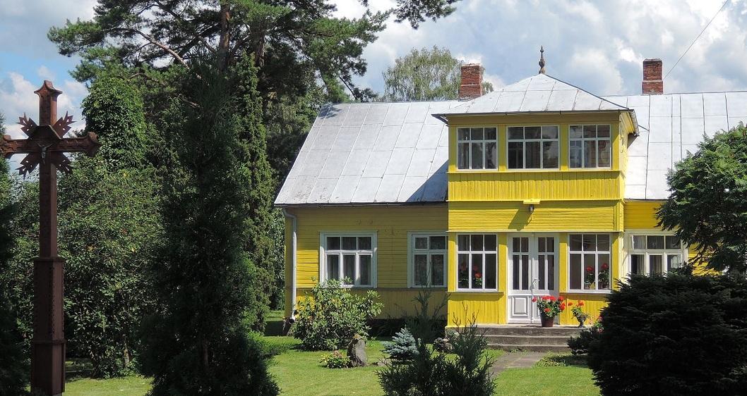 Casa en el campo, adornada con una cruz. Lituania.
