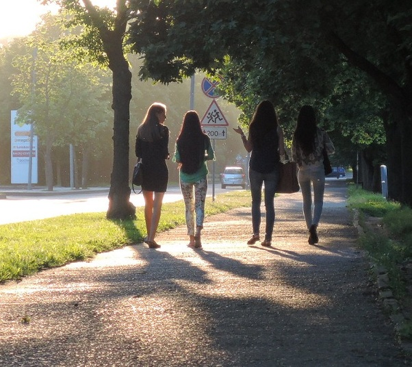 Jovencitas paseando junto al parque. Kedainiai.